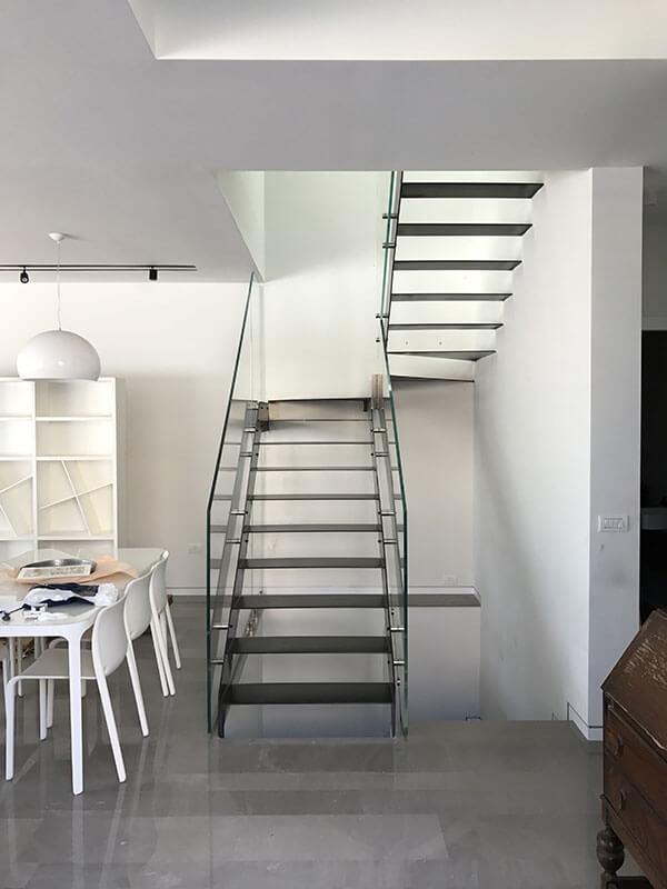 מדרגות מפלח שילוב זכוכית