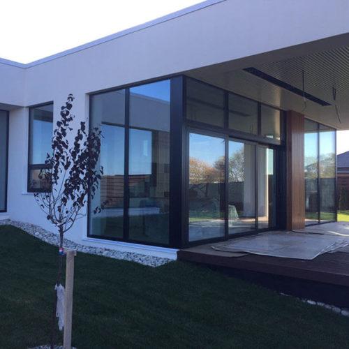 ויטרינה עץ אלומיניום בית מודרני