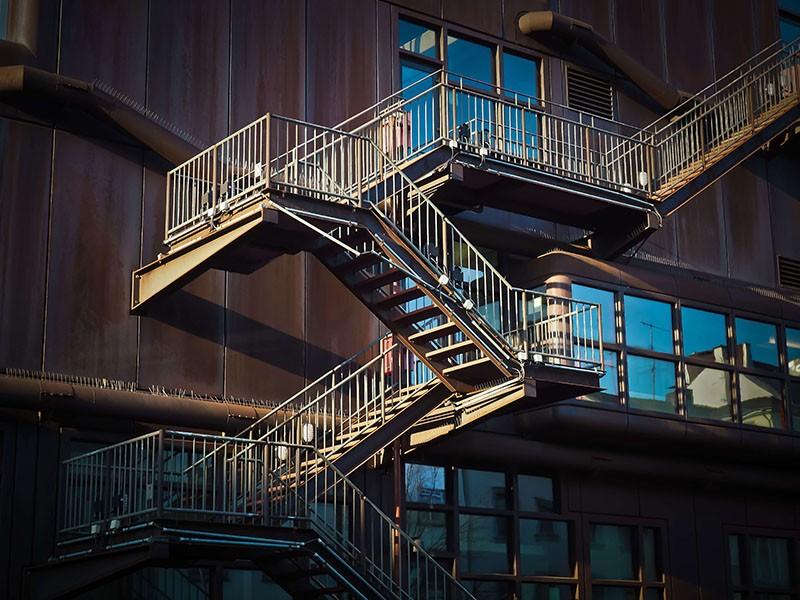 מדרגות לגלריה מברזל