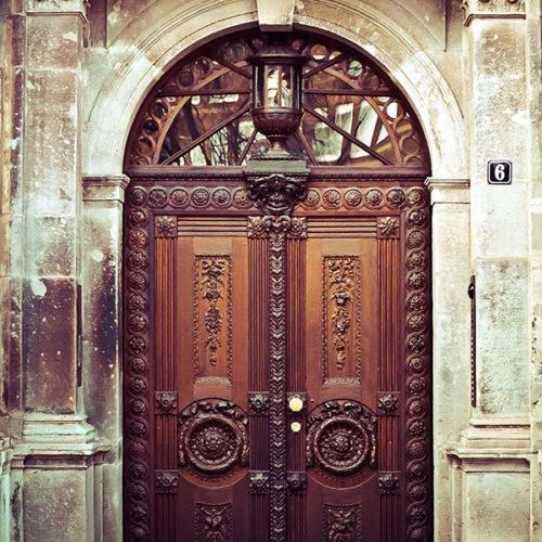 דלתות עץ לכניסה לבית עתיקה