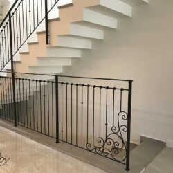 מתי יש דרישה למעקה במדרגות ובכלל למעקה