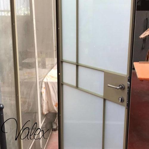דלת בלגית עם זכוכית חלבית 23