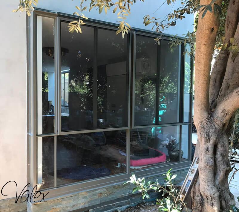 חלונות בלגיים מברזל עם בטן