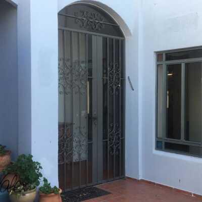 דלת בלגית בשילוב סורגים 26